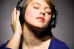 Menina que escuta a música Foto de Stock Royalty Free