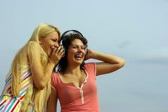 Menina que escuta a música com auscultadores Fotos de Stock Royalty Free