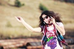 Menina que escuta a música com auscultadores Fotografia de Stock Royalty Free