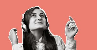 Menina que escuta a música nos auscultadores fotos de stock royalty free