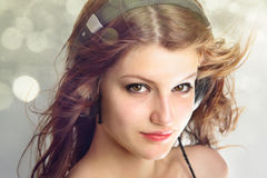 A menina que escuta a vida da música é agora ou nunca Fotografia de Stock Royalty Free