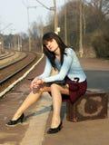 Menina que espera o trem Foto de Stock