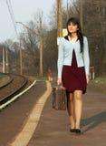 Menina que espera o trem Imagens de Stock Royalty Free