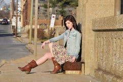 Menina que espera um passeio Fotografia de Stock