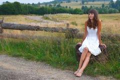 Menina que espera um passeio Fotos de Stock Royalty Free
