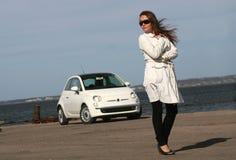 Menina que está ao lado do carro Imagens de Stock Royalty Free