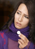 Menina que está com a gripe tomar comprimidos Foto de Stock