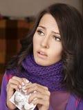 Menina que está com a gripe tomar comprimidos Imagem de Stock