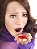 Menina que está com a gripe tomar comprimidos Fotos de Stock