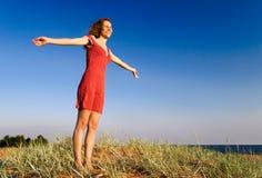 Menina que está em um dune-1 Foto de Stock Royalty Free
