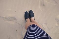 Menina que está na areia Imagem de Stock Royalty Free