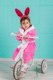 Menina que está na bicicleta pequena Imagens de Stock