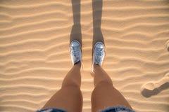 Menina que está na duna de areia Foto de Stock Royalty Free
