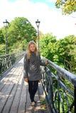 Menina que está na ponte Foto de Stock Royalty Free