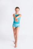 Menina que está na pose da ginástica Foto de Stock Royalty Free