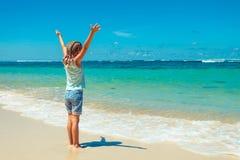 Menina que está na praia Fotografia de Stock