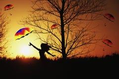 Menina que está no campo contra o sol Imagem de Stock Royalty Free