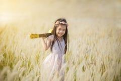 Menina que está no prado com o por do sol, exterior na natureza foto de stock