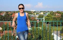 Menina que está no telhado da construção Fotos de Stock Royalty Free