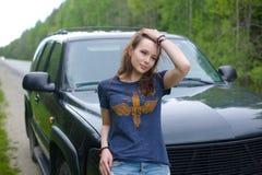 A menina que está pelo carro Imagem de Stock Royalty Free