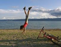 Menina que está upside-down fotografia de stock