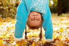 Menina que está upside-down fotos de stock