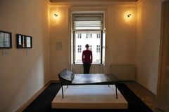 Menina que está com ela para trás na janela no sofá da psicanálise no museu de Sigmund Freud em Viena Foto de Stock