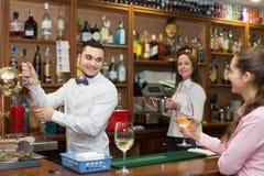Menina que está na barra com vidro do vinho Imagens de Stock