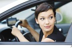 Menina que estaciona um carro Fotos de Stock Royalty Free