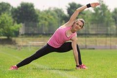 Menina que estica o pé do braço extented Imagens de Stock Royalty Free