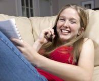 Menina que estuda ao conversar no telefone de pilha fotos de stock royalty free