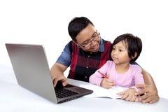Menina que estuda com seu paizinho Imagens de Stock Royalty Free