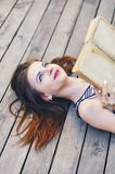 Menina que estuda e que lê um livro Relaxe, descanse, conceito da educação, recreação Foto de Stock