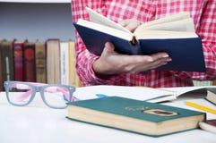 Menina que estuda na biblioteca Fotos de Stock Royalty Free