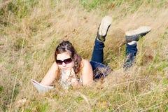 Menina que estuda a natureza fina. Fotografia de Stock