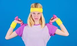 menina que exercita com dumbbell Como obter o físico tonificado Exercícios da aptidão do novato Exercício da parte superior do co foto de stock