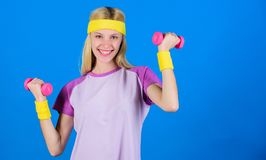 menina que exercita com dumbbell Exercício com peso Exercícios do peso do novato Exercício final da parte superior do corpo para  fotos de stock royalty free
