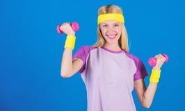 menina que exercita com dumbbell Exerc?cio com peso Exerc?cios do peso do novato Exerc?cio final da parte superior do corpo para  imagens de stock