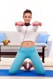 Menina que exercita em casa imagens de stock royalty free