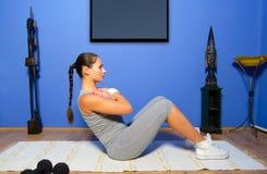 Menina que exercita em casa Fotos de Stock