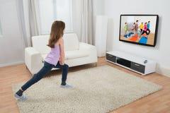 Menina que exercita em casa Imagem de Stock