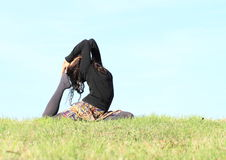 Menina que exercita a ioga - pose do pombo imagens de stock