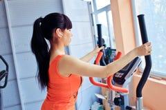 Menina que exercita na máquina sobre deslizante Fotografia de Stock