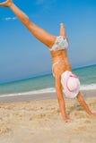 Menina que exercita na praia do mar Fotografia de Stock