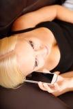 Menina que fala com Smartphone Imagem de Stock Royalty Free