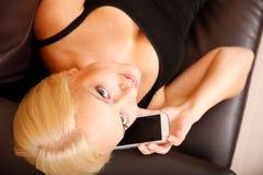 Menina que fala com Smartphone Fotografia de Stock Royalty Free