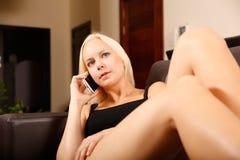 Menina que fala com Smartphone Imagens de Stock Royalty Free