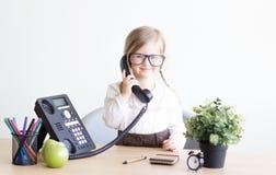 Menina que fala no telefone fotografia de stock