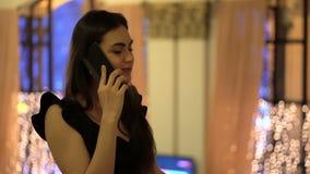 Menina que fala no telefone e no adeus de ondulação vídeos de arquivo