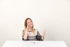 Menina que fala no telefone e que mostra o polegar acima Fotos de Stock Royalty Free